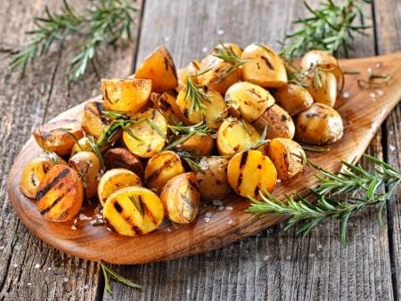 Бейби картофи във фолио на скара с ароматна марината - снимка на рецептата